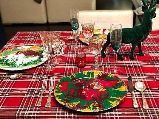 Detalle mesa de navidad con bajoplatos en resina